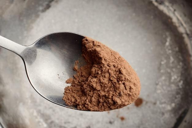 Agregar cacao en polvo al tazón. cocinar chocolate caliente o cacao en casa