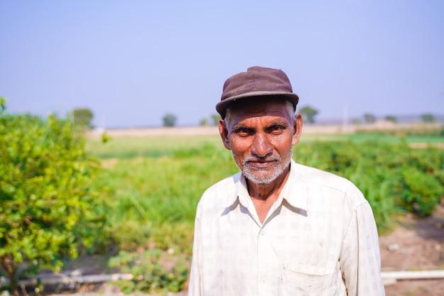 Agricultor indio en campo de chile verde