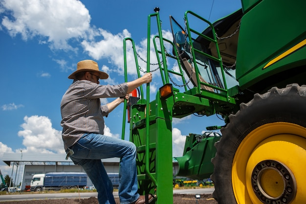 Un agricultor con un tractor