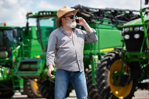 Un agricultor con tractores