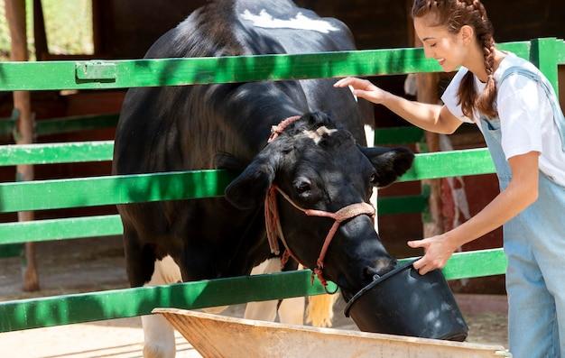 La agricultora cuidando una vaca