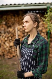 Agricultora trabajando
