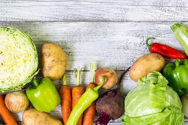 Los agricultores frescos del mercado de verduras. vista superior de fondo copyspace