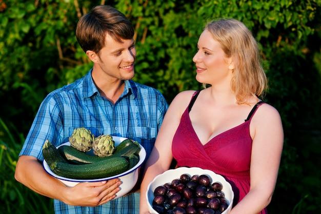Agricultores con frutas y verduras.