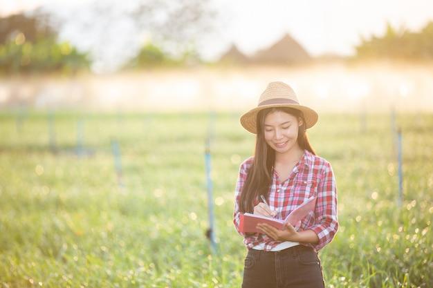 Agricultores sonrientes mujeres