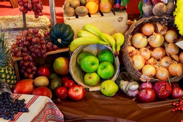 Agricultura cosechada productos sobre tablas de madera.