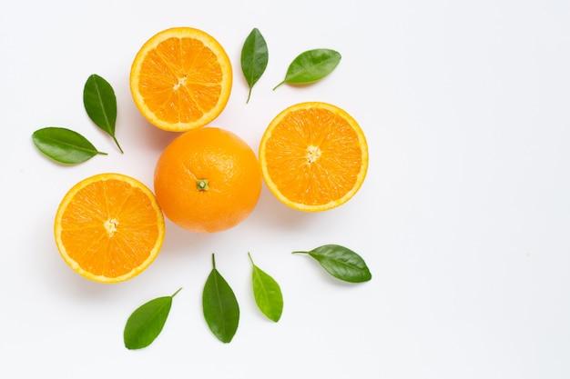 Agrios anaranjados frescos con las hojas aisladas en el fondo blanco.