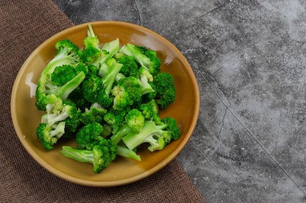Agrupe los bloques verdes frescos del curry en el plato.