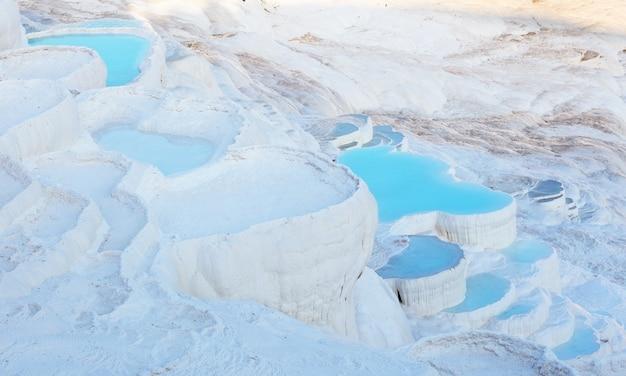 Agua azul en las piscinas de travertino pamukkale