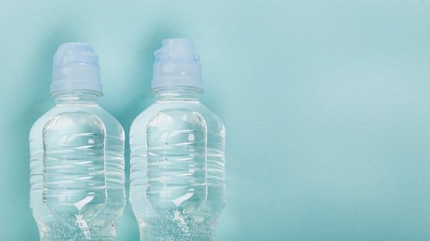 Agua en botellas deportivas vista superior