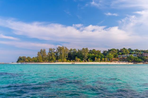Agua clara y hermoso cielo en la isla paradisíaca en el mar tropical de tailandia