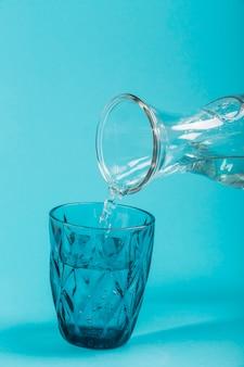 Agua clara de una jarra vista frontal