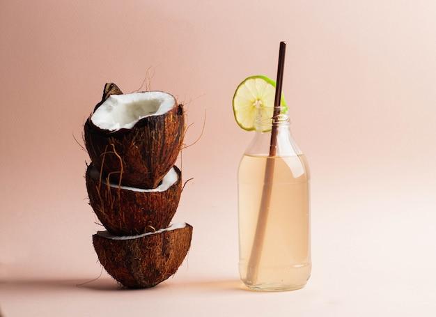 Agua de coco en botella de vidrio con lima