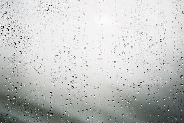 Agua condensada en superficie blanca
