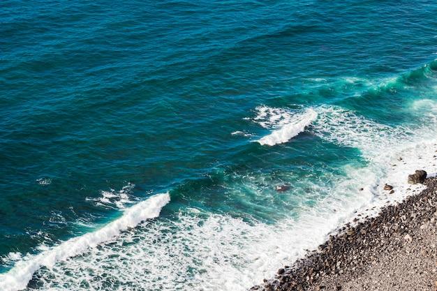 Agua cristalina de alto ángulo de vista a la orilla del mar