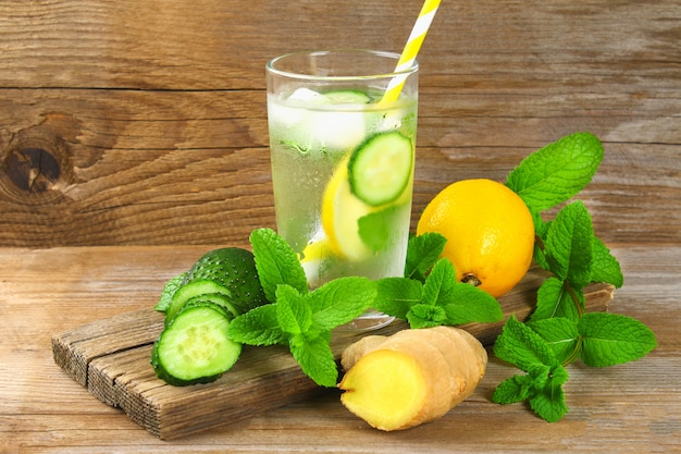 Agua descarada. agua fresca y fresca con pepino, limón, jengibre y menta. desintoxicación y pérdida de peso.