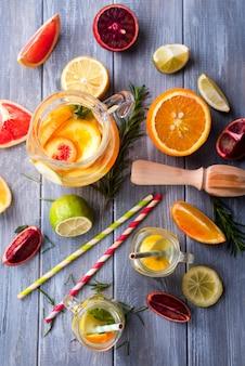 Agua desintoxicante saludable con frutas.