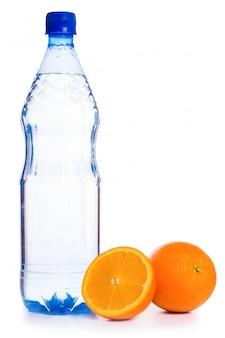 Agua fría con frutas aisladas sobre fondo blanco