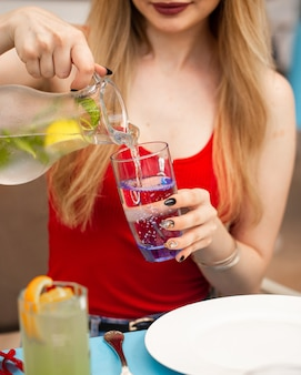 Agua con gas con limón y menta.