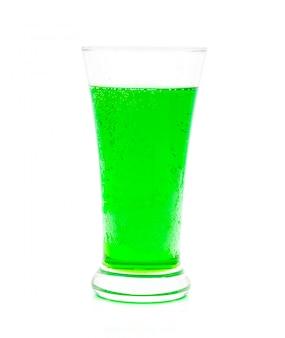 Agua con gas verde en un vaso sobre blanco