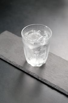Agua helada fresca en el vaso
