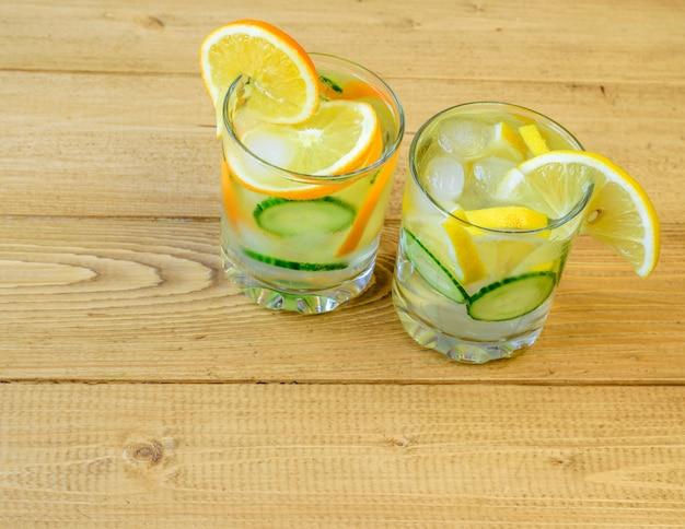 Agua helada, limón, naranja, raíz de jengibre y pepino.