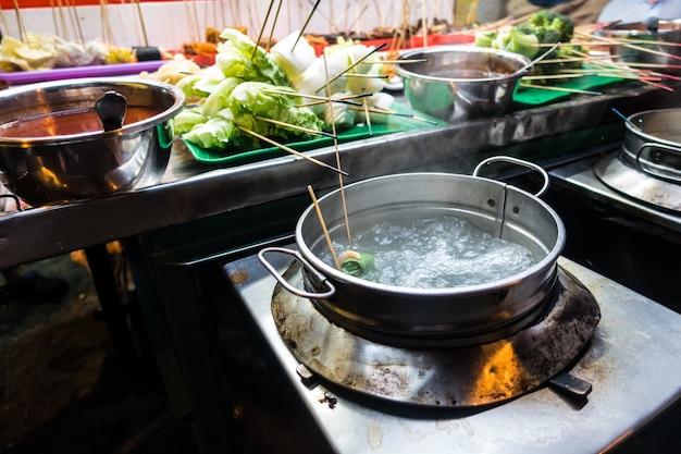 Agua hirviendo para cocinar