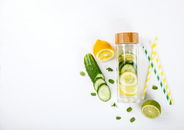 Agua infundida de desintoxicación con limón