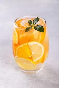 Agua infundida con limón y naranja.