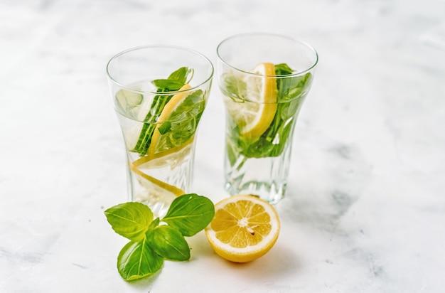 Agua infundida con limón, pepino y albahaca.