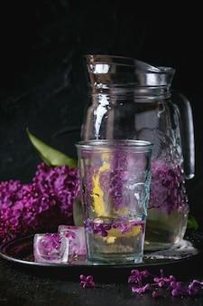Agua lila con limón