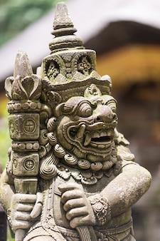 Agua de manantial sagrado en el templo pura tirtha empul intampak, uno de los templos más importantes de bali, indonesia