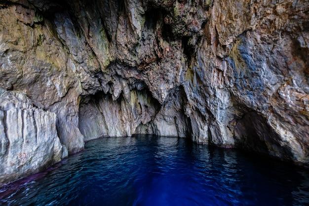 Agua de mar en la cueva rocosa