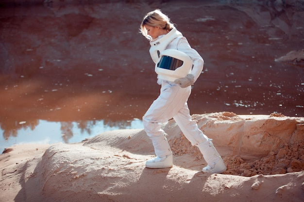 Agua en marte, astronauta futurista sin casco en otro planeta, imagen con efecto tonificante