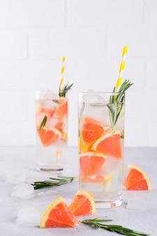 Agua mineral infundida con hielo de pomelo y romero, receta casera de agua de soda de desintoxicación.