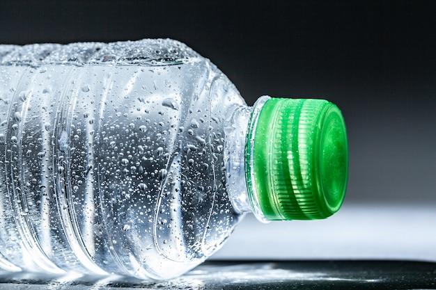 Agua mineral primaveral purificada en botella