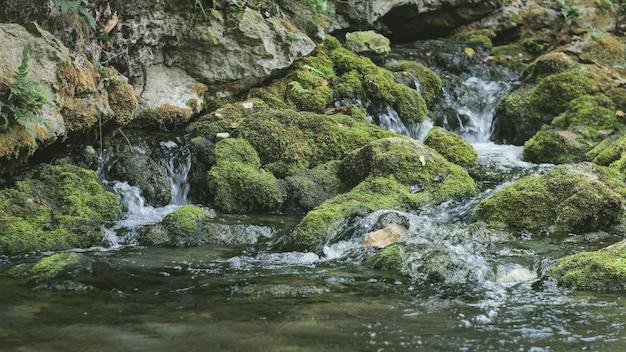 El agua natural de manantial de las montañas