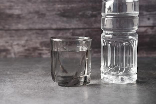 Agua potable fresca en una botella de plástico en rosa