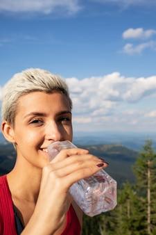 Agua potable de joven corredora