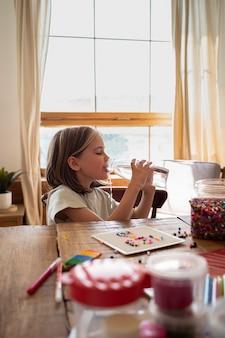 Agua potable de niño de tiro medio