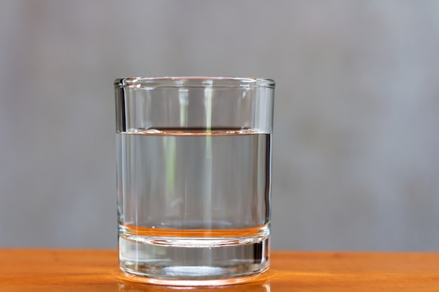 Agua potable en un vaso sobre una mesa de madera