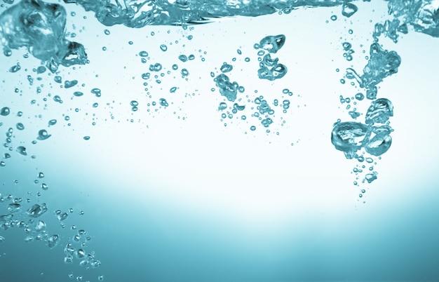 Agua pura fresca con burbujas de aire.