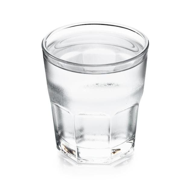 Agua pura en vidrio aislado en un fondo blanco
