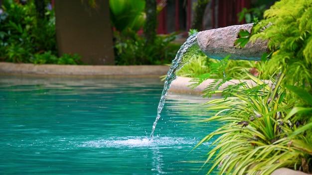 Agua que fluye agua que cae en el estanque, decoración del borde de la caca