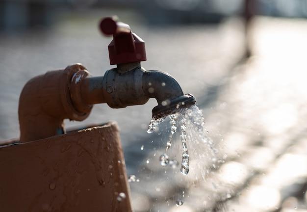 Agua que fluye del grifo