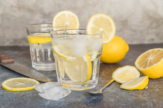 Agua refrescante con limón y hielo.