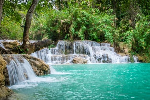 Agua turquesa de la cascada de kuang si