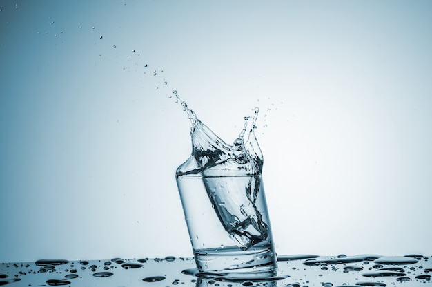 Agua en vaso con salpicaduras de agua
