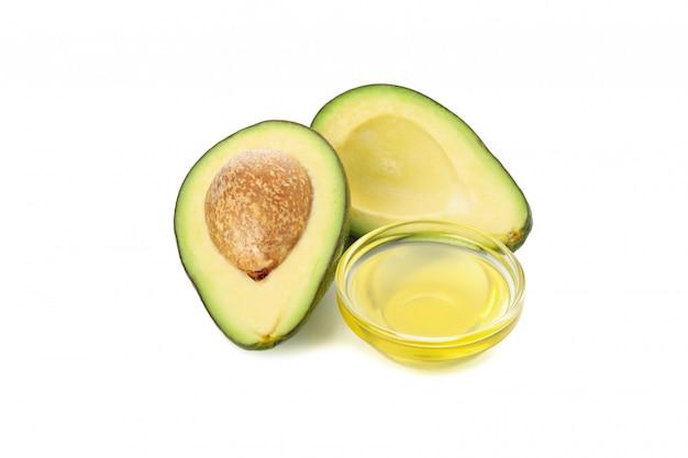 Aguacate fresco maduro y aceite aislado en blanco aislado