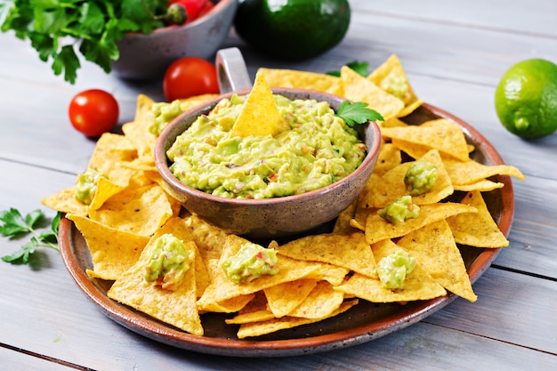 Aguacate guacamole con nachos - merienda mexicana tradicional